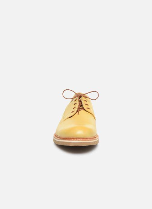 Zapatos con cordones Neosens Aris S090 Amarillo vista del modelo