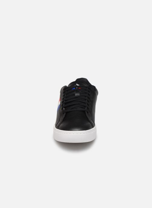 Sneakers Le Coq Sportif Courtflag Nero modello indossato