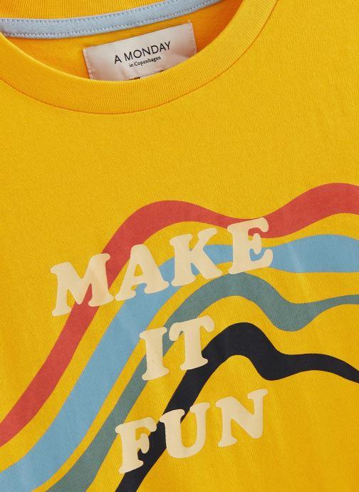 Vêtements A Monday In Copenhagen  Fun T-shirt Jaune vue portées chaussures