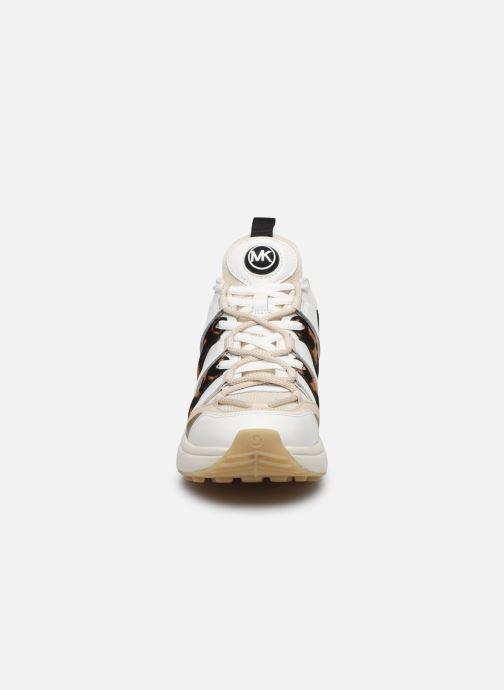 Sneakers Michael Michael Kors Hero Trainer Beige modello indossato