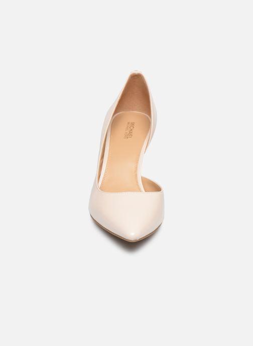 Zapatos de tacón Michael Michael Kors Dorothy Flex Dorsay Blanco vista del modelo