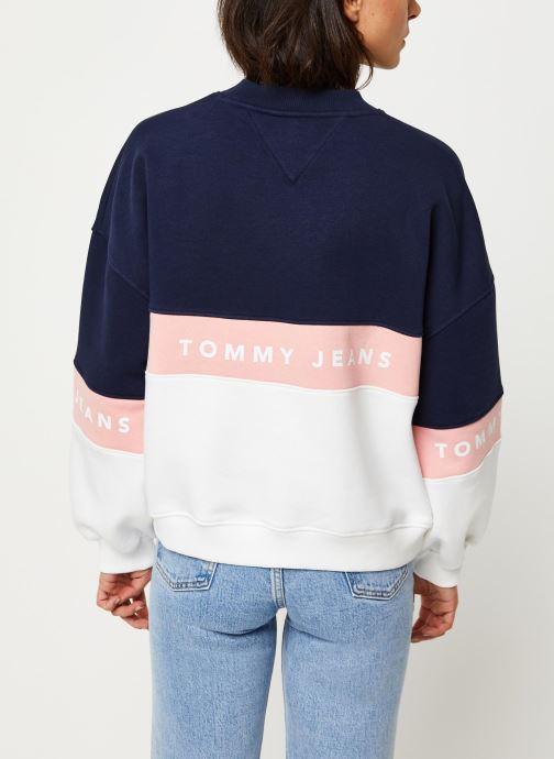Vêtements Tommy Jeans TJW Colorblock Crew Blanc vue portées chaussures