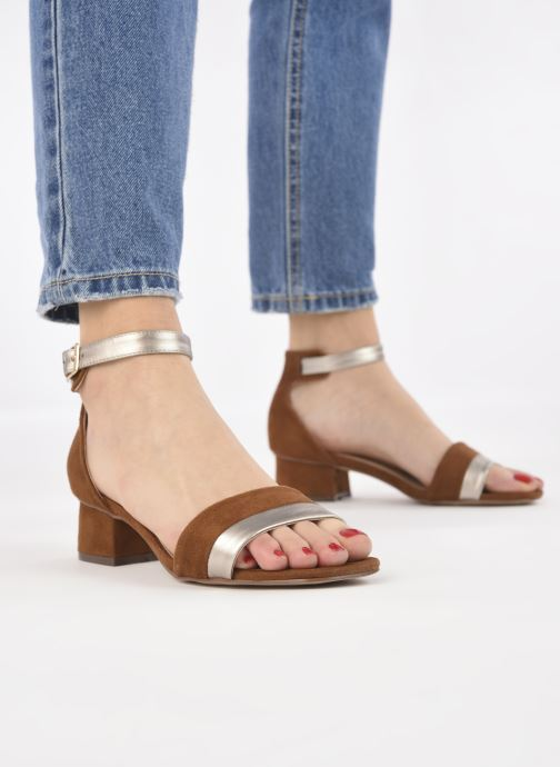 Sandalen I Love Shoes DIBELLO braun ansicht von unten / tasche getragen