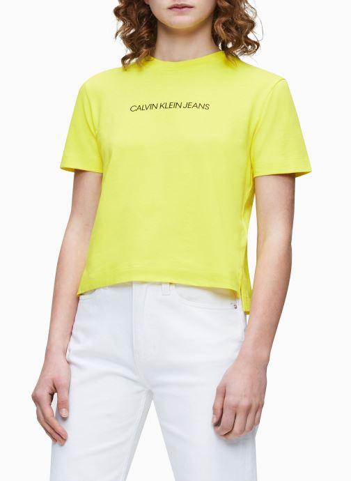 Calvin Klein Jeans T-shirt - Shrunken Institutional Logo Tee (Jaune) - Vêtements chez Sarenza (436016)