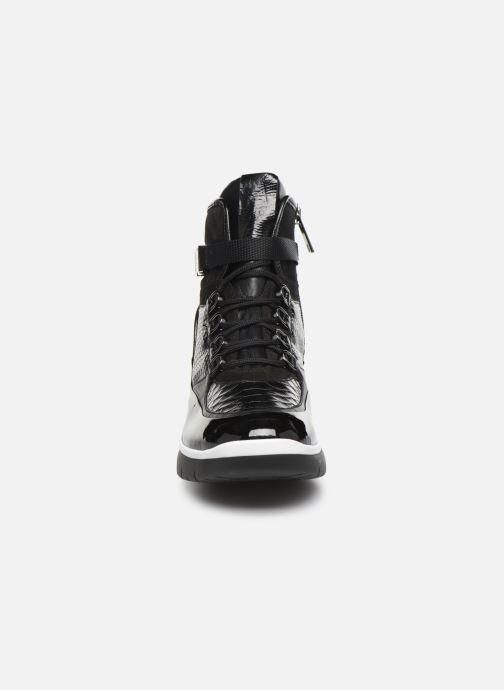 Sneakers HÖGL Basket Homey Nero modello indossato