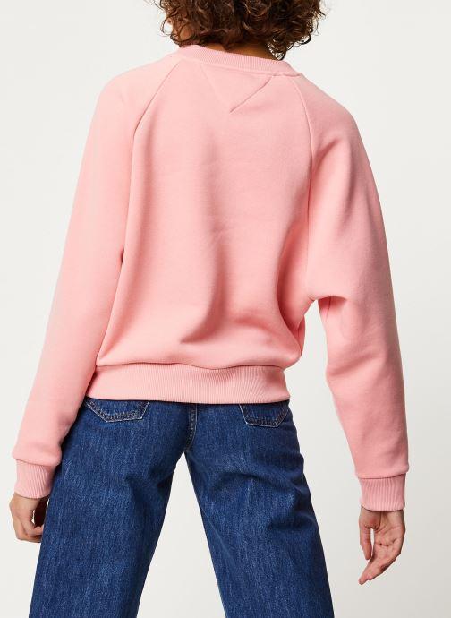 Vêtements Tommy Jeans TJW Vertical Logo Sweatshirt Rose vue portées chaussures
