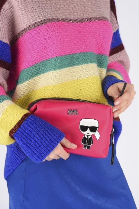 Petite Maroquinerie Karl Lagerfeld K/Ikonik Washbag Karl Rose vue bas / vue portée sac