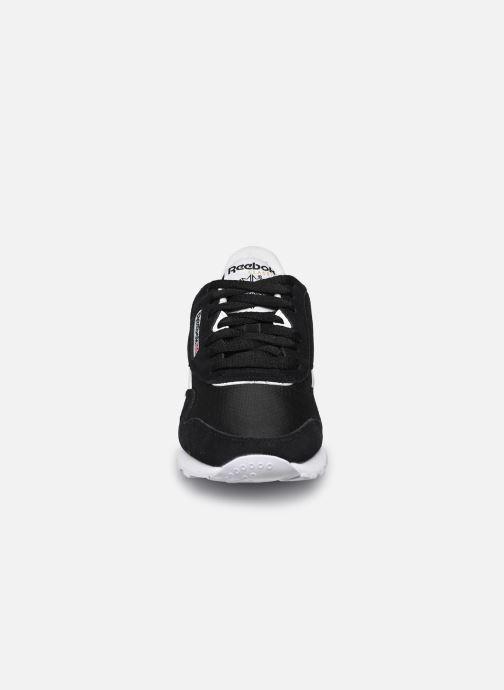Sneakers Reebok Cl Nylon W Nero modello indossato
