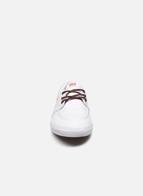 Baskets Globe Attic C Blanc vue portées chaussures