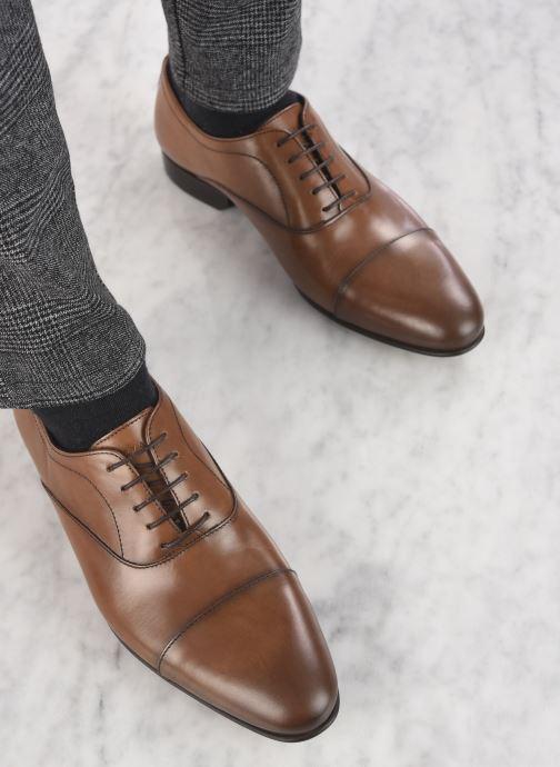 Schnürschuhe Azzaro CIPRIAN braun ansicht von unten / tasche getragen