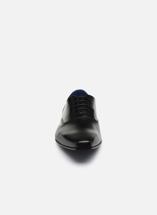 Scarpe con lacci Azzaro DÉJÀ Nero modello indossato
