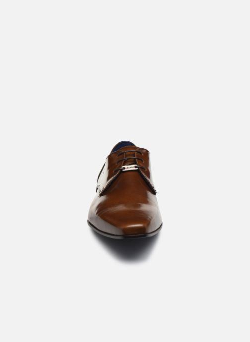 Scarpe con lacci Azzaro DOREMI Marrone modello indossato