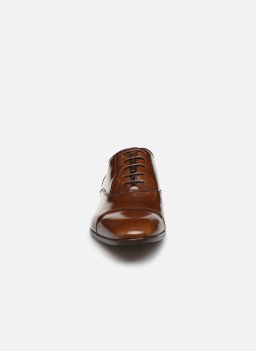 Scarpe con lacci Azzaro RAELO Marrone modello indossato