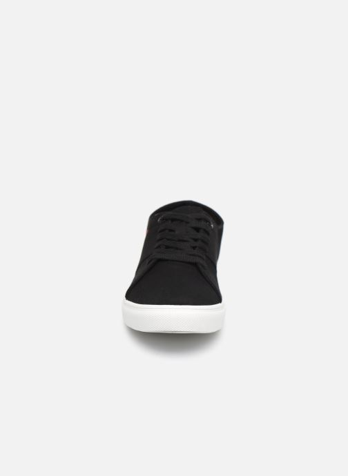 Sneakers Levi's Pillsbury Nero modello indossato