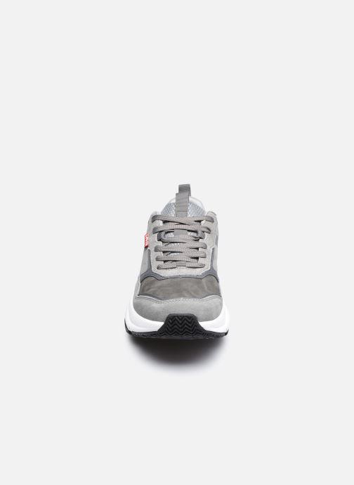 Sneakers Levi's Eastman Grigio modello indossato