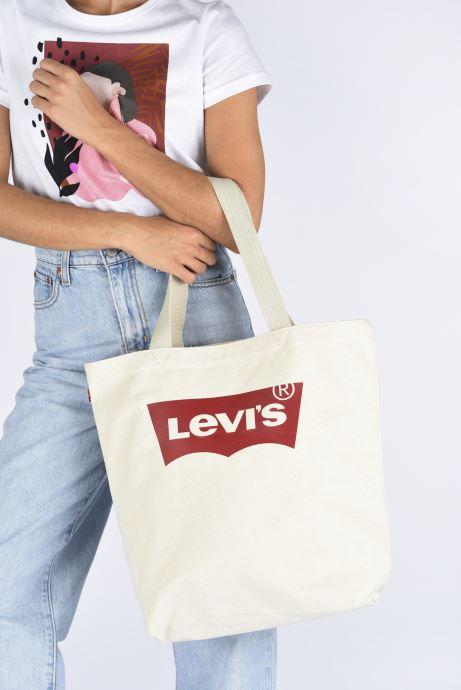 Handtaschen Levi's Batwing Tote W weiß ansicht von unten / tasche getragen