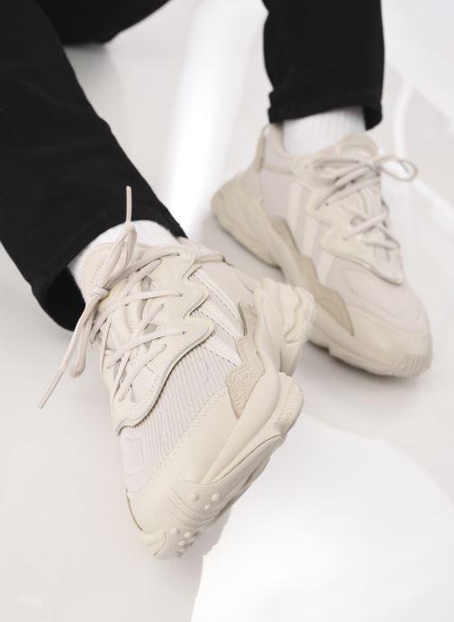 Sneaker adidas originals Ozweego beige ansicht von unten / tasche getragen