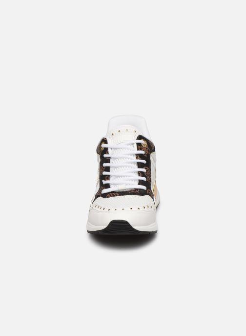 Baskets Guess REJJY Blanc vue portées chaussures