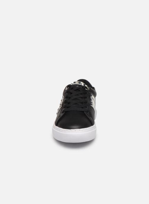 Sneakers Guess GRAYZIN Nero modello indossato