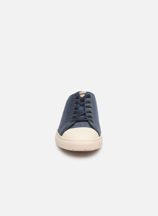 Sneakers Clae Herbie Textile Azzurro modello indossato