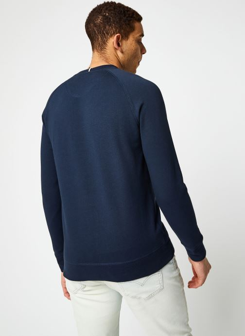 Vêtements Faguo DARNEY SWEAT Bleu vue portées chaussures
