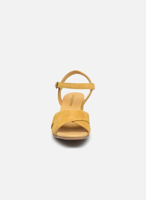 Sandali e scarpe aperte Georgia Rose Soft Astino Giallo modello indossato