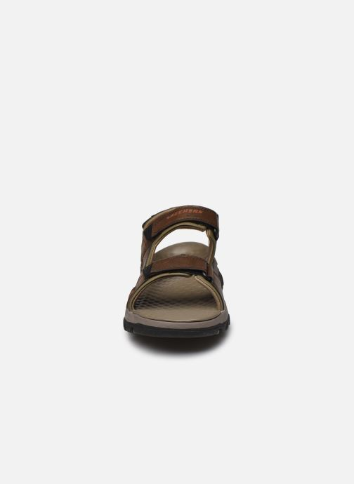 Sandali e scarpe aperte Skechers Treshmen Hirano Marrone modello indossato