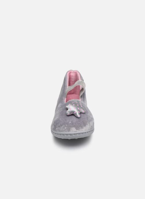 Pantofole Isotoner Ballerine Micro Velours Grigio modello indossato