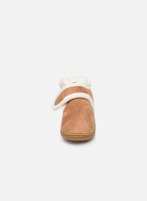 Pantofole Isotoner Bottillon Velcro Marrone modello indossato