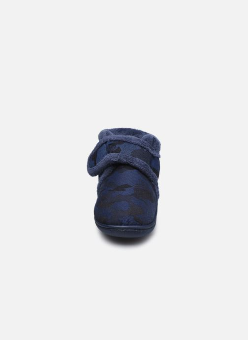 Chaussons Isotoner Bottillon Velcro Bleu vue portées chaussures