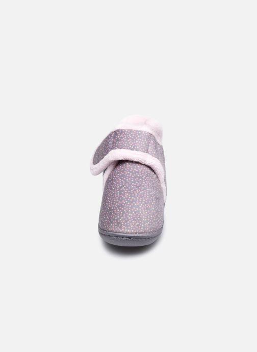 Pantofole Isotoner Bottillon Velcro Grigio modello indossato