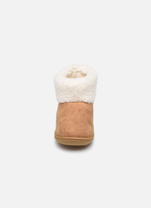 Pantofole Isotoner Bottillon Marrone modello indossato