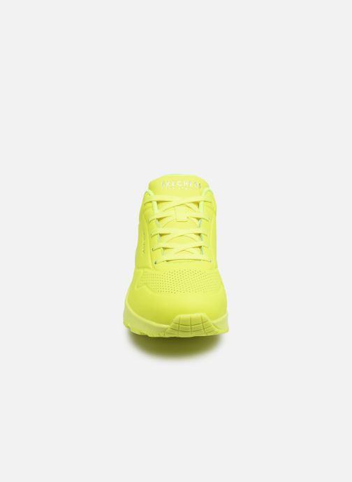 Baskets Skechers UNO NIGHT SHADES Jaune vue portées chaussures