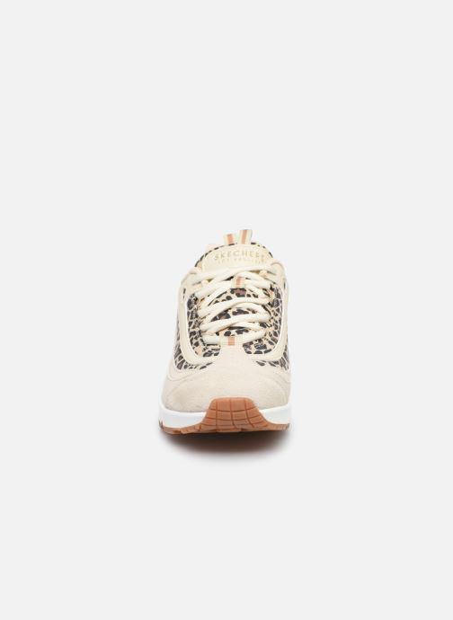 Sneakers Skechers UNO WILD STREETS Bianco modello indossato