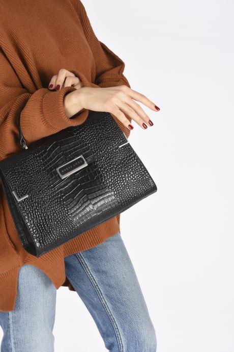 Handtaschen Guess BELL LEATHER TOP HANDLE FLAP schwarz ansicht von unten / tasche getragen