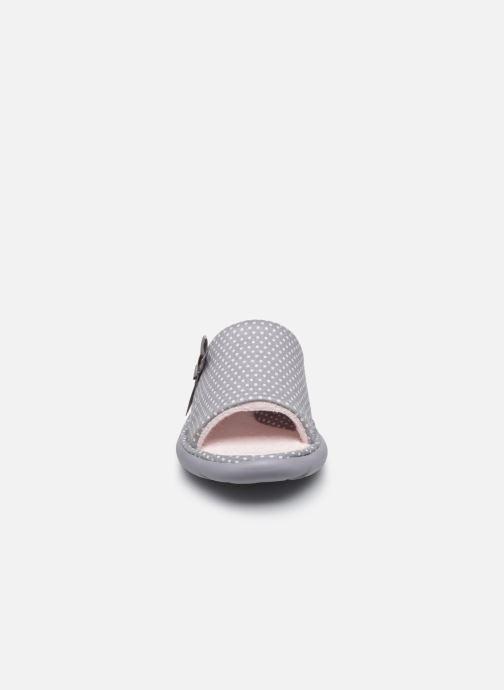 Chaussons Isotoner Sandale ergonomique Everywear Gris vue portées chaussures