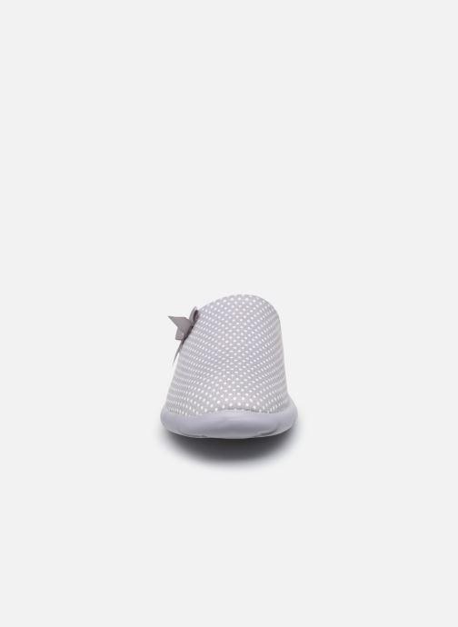 Pantuflas Isotoner Mule ergonomique Everywear Gris vista del modelo