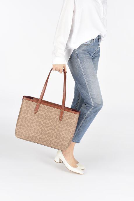 Handtaschen Coach Central Tote With Zip braun ansicht von unten / tasche getragen