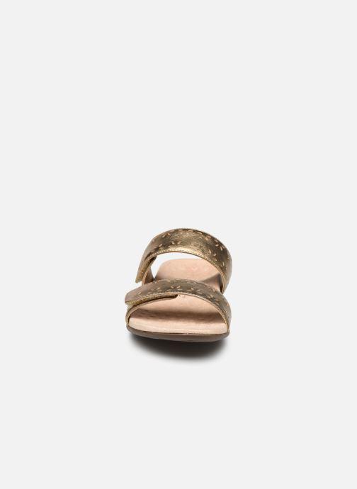 Zoccoli Vionic Randi Met Oro e bronzo modello indossato