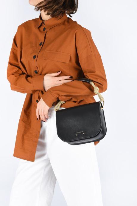 Handtaschen Vanessa Bruno Holly Besace braun ansicht von unten / tasche getragen