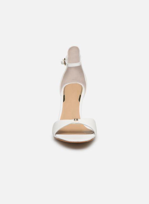 Sandali e scarpe aperte Guess ABIRI Bianco modello indossato