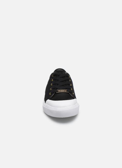 Sneakers Guess GITNEY Nero modello indossato