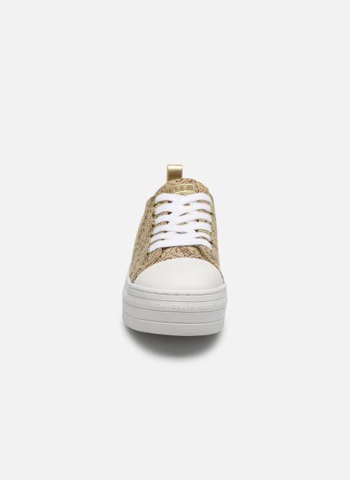Sneakers Guess BRIGS Beige modello indossato