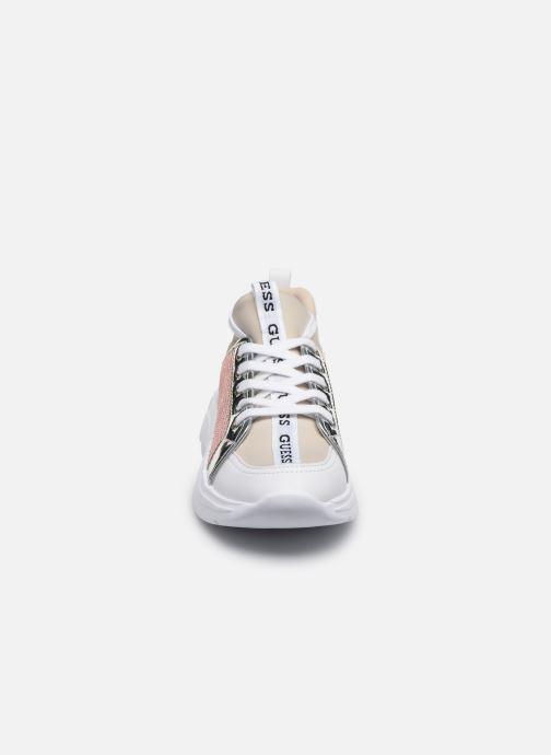 Sneakers Guess SPEERIT Beige modello indossato