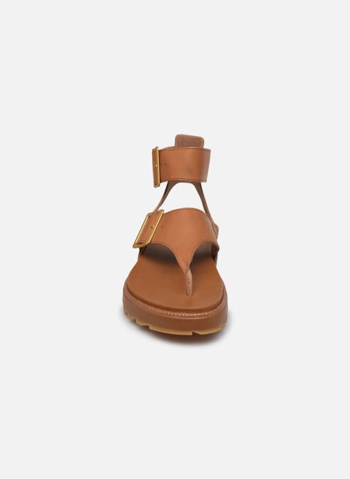 Sandalias Sorel Roaming T-Strap Marrón vista del modelo