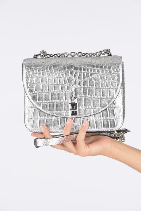 Handtaschen Rebecca Minkoff Love Too Crossbody silber ansicht von unten / tasche getragen