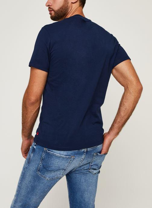 Vêtements Levi's Boxtab Graphic Tee Bleu vue portées chaussures