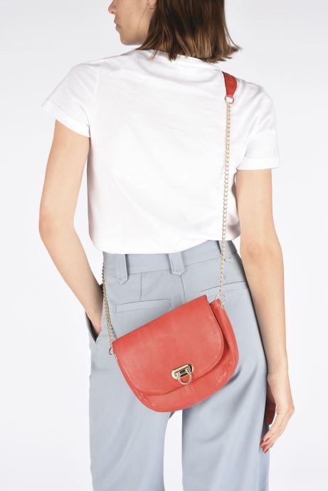 Handtaschen Pieces NOMI LEATHER CROSS BODY rot ansicht von unten / tasche getragen