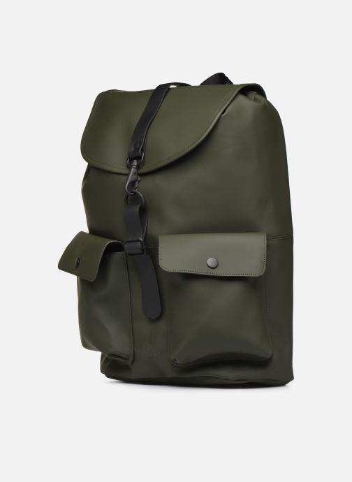 Mochilas Rains  Camp Backpack Verde vista del modelo