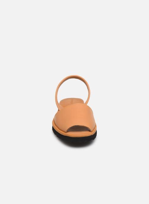 Sandales et nu-pieds Minorquines Avarca Platja Marron vue portées chaussures